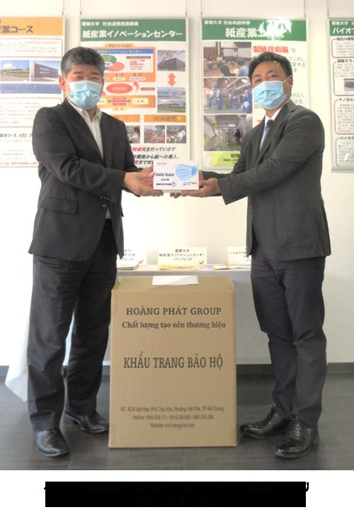 イーテク株式会社 石川智士マネージャー(写真右)より内村センター長へ